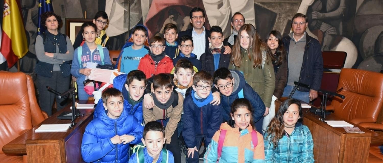 El presidente de la Diputación, con los alumnos del colegio, en el salón de plenos. Foto: www.dipucr.es