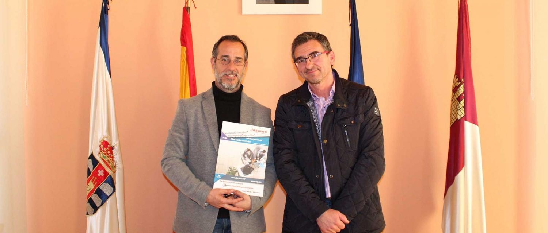 """Luis Alberto Lara, en la imagen, con Juan Pedro Pardo, valora la agilidad con la que """"vamos a responder a las necesidades de los pobleteños""""."""