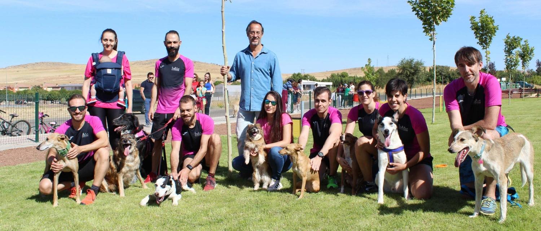 El alcalde, Luis Alberto Lara, con los participantes en la exhibición, miembros del club